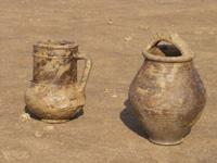 Egy szarmata kútból előkerült edények, közvetlenül a kiemelésük után. Koruk a 3-4 század Kr- u. - 31. számú lelőhely