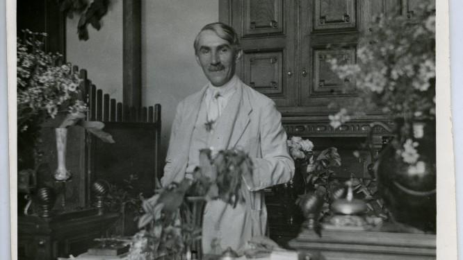 1920-as évek vége - Móra Ferenc íróasztala mellett áll
